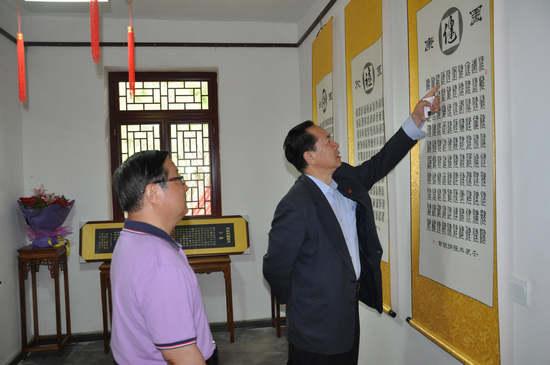 北京中国书画协会副会长张中先生向金明董事长赠送墨宝图片